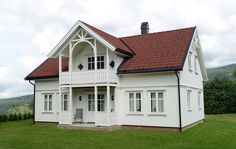 Praktisk i sveitserstil. Scandinavian Cottage, Home Fashion, Home And Living, Architecture Design, Living Spaces, Sweet Home, House Ideas, Farmhouse, Wooden Houses