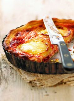 Easy lunch or dinner: tomato & goats cheese tart, served with a salad and crusty bread, yummy! Tart Recipes, Cooking Recipes, Popular Cheeses, Pizza Cake, Goat Cheese Recipes, Salty Foods, Salty Cake, Winter Food, Light Recipes