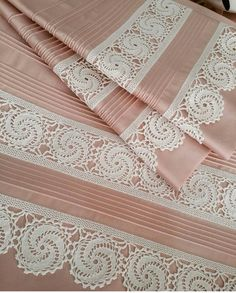 Pike takımı Crochet Lace Edging, Crochet Borders, Filet Crochet, Crochet Doilies, Crochet Flowers, Pink Bed Sheets, Fairy Bedroom, Brazilian Embroidery Stitches, Linen Bedroom
