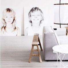 ••• sala minimalista com quadros dos filhos do casal •••