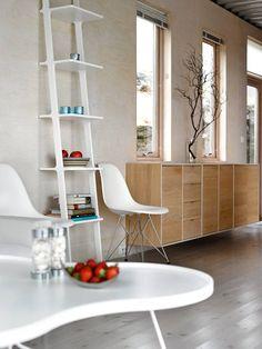 BRATT BAKVEGG: For å slippe inn maksimalt medlys, har arkitekten lagt inn godt med vinduerogså i kysthusets bakvegg. Veggene har panelav bjørkefiner, behandlet med bivoksbalsammed syv prosent hvitpigmentering. SofabordetFlower kommer fra Swedese. Skjenk fra Bolia. Arkitektkontoret er Pir 2 Arkitekter ved Arkitekt MNAL Ogmund Sørlie