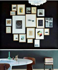 accumulation-de-cadres-clairs-sur-mur-noir-jpg1.jpeg (792×960)