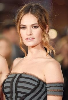 The spoon-cut crease is the latest social media–approved makeup trend; find out what it is and how it's done (hint: it's supereasy) Best Beauty Tips, Beauty Secrets, Beauty Hacks, Top Beauty, Beauty Makeup, Makeup Trends, Beauty Trends, Matt Smith Lily James, Actress Lily James
