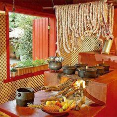 linguica  DE PORCO pendurada acima do fogao a lenha, pra que? pra defumar e ficar uma delicia!