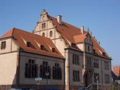 Le tribunal a été érigé en 1906 par l'architecte Maximilien Metzenthin.