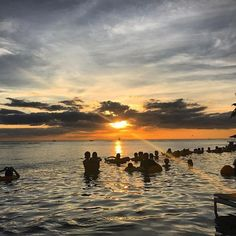 【yasu_nori】さんのInstagramをピンしています。 《プールサイドからのサンセット😉🤘 時期なのかな。この位置からサンセットは見れなかったと思った♪雨季は陽が短い笑  #インフィニティプール#シェラトンワイキキ#シェラトン#オシャレ#ビーチ#ビジネス#サンセット#ハワイ#ホノルル#オアフ#ワイキキ#ワイキキビーチ#ハワイライフ#海外旅行#海外#海#最高#雨季#お洒落#人生一度きり #waikiki#hawaii#waikikibeach#beach #travel#traveling#follow#followme #vacation#visiting》
