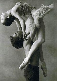 choreography art :) ballet dancers, pas de deux, strength, art, annie leibovitz, vintage ballet, ballet photography, beauti, beauty