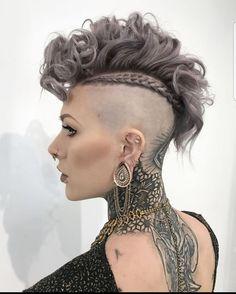 Fohawk Haircut for Curly Hair A False Hawk: Wh .-Fohawk-Haarschnitt für lockiges Haar ❤️Ein falscher Falke: Was ist das? Es ist ein aktuelles … Fohawk haircut for curly hair ❤️A false hawk: what is it? It's a current … – Cleopatra - Cool Short Hairstyles, Haircuts For Curly Hair, Hairstyles Haircuts, Mohawk Hairstyles For Women, Undercut Curly Hair, Faux Hawk Hairstyles, Celebrity Hairstyles, Curly Hair Styles, Natural Hair Styles