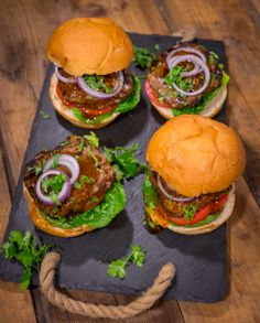 BOBOTIE BURGER South African Recipes, Ethnic Recipes, Burger Buns, Africans, Curry Powder, Burger Recipes, Chutney, Salmon Burgers, Kos