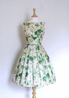 Diese beauitul und einzigartiges Kleid ist aus einem steifen Jahrgang verglaste Baumwolle mit einem ursprünglichen Druck des grünen Poison Ivy und rot