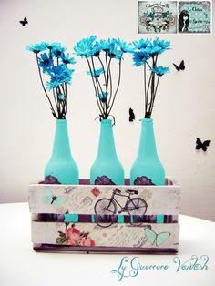Floreros vintage, hechos  a partir de botellas, y huacal que las contiene decorado con decopage.
