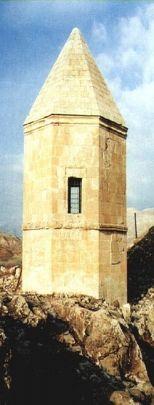 Gözetleme Kulesi (Kemah)Erzincan Kemah ilçesinde, Fırat Nehri'nin solundaki dik bir kayalığın ucunda bulunan bu kule, gözetleme kulesi olarak yapılmıştır. Aynı zamanda bu kulenin yanındaki karayolu yapılmadan önce buradaki yoldan geçenlerden Bac (geçiş ücreti) alındığı yer olarak da nitelendirilmiştir. Kitabesi bulunmayan bu kulenin ne zaman ve kimin tarafından yapıldığı bilinmemektedir. Mimari üslubundan kulenin XII.-XIII. Yüzyıllarda, Selçuklular döneminden kaldığı sanılmaktadır.