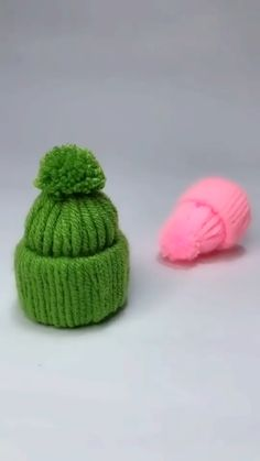 New Free of Charge Crochet Hat videos Concepts Beanies will be the bane regarding my personal existence. Okay, that you will find any little bit ha Diy Crafts Hacks, Diy And Crafts, Arts And Crafts, Decor Crafts, Craft Stick Crafts, Diy Christmas Gifts, Holiday Crafts, Pom Pom Crafts, Yarn Crafts