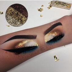 CAPPUCCINO GLOW AND GOLDY FLAKES NOW GET 50% OFF EVERYTHING PLUS A FREE GLITTER BRONZER ON ALL ORDERSMAKEUP BY @gabxxrielle LOVEEEEE ITSUPER STUNNING