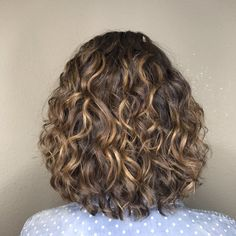 balayage and DevaCut by Jennifer Freesia Colored Curly Hair, Curly Hair Cuts, Wavy Hair, Curly Hair Styles, Bob Haircut Curly, Short Curly Haircuts, Permed Hairstyles, Curly Balayage Hair, Highlights Curly Hair