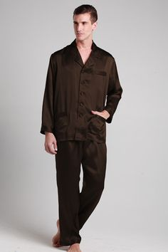 Sleep comfortably in these silk mens pajamas. They come as a two-piece set, and they look as good as they feel. A perfect all year round solution for you. #pajamas #silk #lilysilk