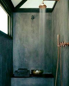 #Luz natural, #microcemento, asiento integrado, grifería de #cobre...alguien conoce una #ducha mejor donde comenzar el día? Natural #light, #microcement, integrated seat, copper faucet ... anyone know a better #shower where to start the day? ❤#hacheintercalada