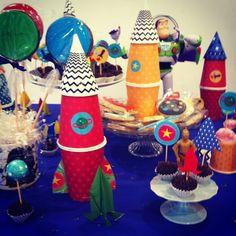da série mães criativas, construção de foguete com copos e texturas @parangole