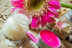 Rezepte, mit denen Sie Kosmetik selber machen können: Anleitungen für eigene DIY-Kosmetik, Naturkosmetik, Haarkuren, Gesichtsmasken, Gesichtscremes, Seife, Duschgel, Shampoo, Lippenpflege, Badezusatz ...