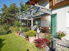 Terrassenüberdachungen und Glashäuser von ferobau – Sommergarantie das ganze Jahr über.  [FEROBAU] Pergola, Backyard, Outdoor Structures, Outdoor Decor, Home Decor, Courtyards, Glass Roof, Backyard Decks, Lawn And Garden