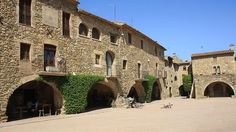 Plaza Mayor de Monells (Gerona)