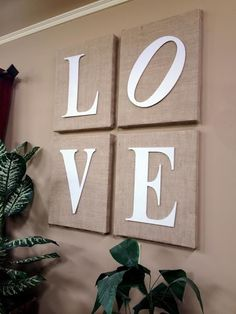 Wrap blank canvases in burlap to create wall art! Use fabric to coordinate with shelf basketsWrap blank canvases in burlap to create wall art.Burlap over canvas. Burlap Projects, Burlap Crafts, Diy Projects, Diy Wall Art, Diy Wall Decor, Diy Home Decor, Burlap Bedroom Decor, Wall Letters Decor, Love Wall Art