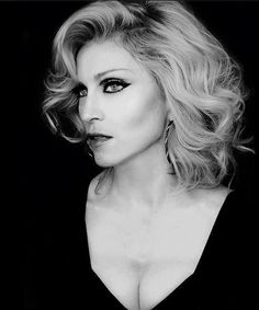Love this eye makeup on Madonna. Actually, I think this one of her best looks (post her Ray of Light period).