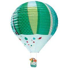 La lanterne montgolfière Jef par Lilliputiens apporte une touche colorée au décor d'une chambre de petit garçon. Jef et Colette embarquent à bord d'une montgolfière magique. Leurs amis les oiseaux les accompagnent dans cette petite promenade à travers les gouttes que l'on aperçoit lorsqu'on éteint la lumière.