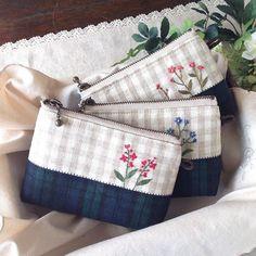 チェック布にチェック布を合わせた小さなポーチ。小さくても入れる物によっては重宝するんです(^ ^) Embroidery Purse, Hand Embroidery Art, Handmade Purses, Patchwork Bags, Fabric Bags, Cute Bags, Zipper Bags, Gift Bags, Bag Making