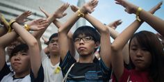 ジョシュア・ウォン(黄之鋒、ウォン・ジーフン)氏は、まだ選挙権を持つ年齢にすら達していない痩せた学生だが、現在香港で続いている過去最大規模の民主化デモにおける最も有力な指導者のひとりだ。 ウォン氏は17歳という年齢にもかかわらず、すでに経験豊富な活動家だ。彼は13歳の頃、香港と中国本土とを結ぶ高速鉄道の建設計画に反対する運動に参加した経験がある。そして、ウォン氏は2011年5月、15歳にして...