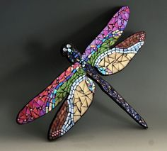 Mosaic dragonfly made with stained glass on wood surface to hang on y . Mosaic Crafts, Mosaic Projects, Stained Glass Projects, Stained Glass Patterns, Mosaic Patterns, Stained Glass Art, Mosaic Ideas, Mosaic Animals, Mosaic Birds