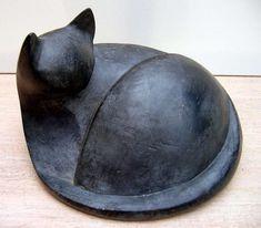 chat noir couché (Sculpture), 25x20x22 cm by Mireille Lauf-Marquis argile cuite patinée