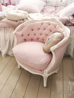 This adorable shabby chic vintage-style couch is so rad! Perfect for a little girl's bedroom! http://decozilla.com/2013/02/shabby-chic-bedroom-ideas/
