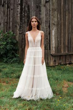 Boho-Brautkleider sind nicht nur absolut trendy, sie sind nebenbei auch wunderbar leicht zu tragen und herrlich sommerlich. Beautiful Moments, Boho, Lady, Vogue, Wedding Dresses, Fashion, Veils, Dress Wedding, Nice Asses