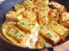 用鐵板把豆腐煎到恰恰,淋上照燒醬汁,再加入濃郁的雞蛋,口感就像豆腐版的親子丼,在家就可以享受香噴噴、熱呼呼的鐵板料理。
