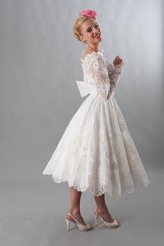 All over lace and bow back. Vintage via Elizabeth Avey.