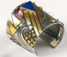 Linda Ladurner- Cuff bracelet 2005. Silver, gold, lapis lazuli, pink tourmaline, emerald, aquamarine. Bracelet- manchette lapislazuli, tourmaline rose, émeraude, aigue-marine. Argent et or.