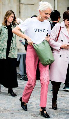 Street style look com camiseta e calça rosa.
