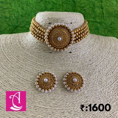 magnificient mini choker converted to modern trends. A magnificient mini choker converted to modern trends. Indian Jewelry Sets, Indian Wedding Jewelry, India Jewelry, Pearl Necklace Designs, Jewelry Design Earrings, Fancy Jewellery, Gold Jewellery Design, Gold Jewelry, Korean Tops