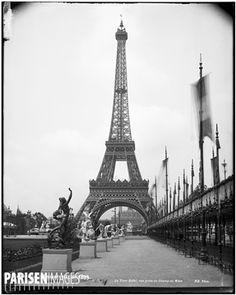 La tour Eiffel, lors de l'Exposition Universelle de 1889. Vue prise du Champ-de-Mars.
