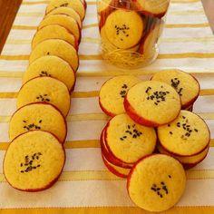 既に投稿済みですが、レシピの掲載の要望をいただいたので再投稿です。  優しいほっこりした味わいの 見た目も可愛いクッキーです。 プレゼントにも喜ばれると思います。  約20枚分 さつまいもペースト(裏ごしする) 75g バター     50g グラニュー糖     50g 卵              1/2個 薄力粉      100g 紫芋パウダー     適量 黒ごま       適量   1. さつまいもはレンジでチンしてペースト状にし、裏ごしする。 2.1が熱いうちにバターを加えて混ぜる。 3.グラニュー糖、卵を加えて、ふんわりするまで混ぜる。 4.ふるった薄力粉を切るように混ぜる。 5.生地をまとめて冷蔵庫で2時間休ませる。 6.円柱に形を整え、紫芋パウダーをまぶす。 7.ラップに包んで、冷凍庫に1時間以上入れる。→そのまま冷凍保存できます。 8.7mmくらいの輪切りに切る。 9.ゴマを振りかける。 10.170℃で18分焼く。
