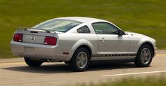 Ford Mustang Mark 5 (2005-2013)<br><br>Quinta geração nasceu em 2005 com visual inspirado no Mustang dos anos 1960. Ela manteve as opções de motores (V6 e V8) e de carrocerias (cupê e conversível), cada vez mais consolidadas, e ainda as versões apimentadas que faziam sucesso desde as outras gerações -- como a GT 350 Shelby e a Boss, por exemplo