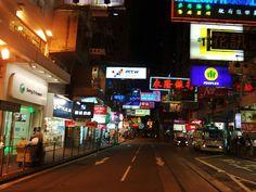 (070626) 홍콩의 화려한 밤거리.  침사추이역 주변을 배회하다가 횡단보도 건너면서 찍은 사진. 수평으로 마구 나와있는 네온사인 간판이 홍콩 밤거리의 화려함을 더해준다. 그런데 돌아다니는 사람이 별로 없네 ㅋ 많이 늦은 시간.
