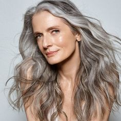5 Dress Styles That Will Make You Look Thinner. While particular ladies wear products you see on the runway might look terrific on models, they might not look great on every woman. Long Gray Hair, Grey Hair, Stylish Older Women, Makeup For Older Women, Mature Fashion, Ageless Beauty, Aging Gracefully, Silver Hair, Hair Trends