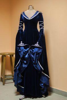 Magnifique, unique fantasy elfe robe faite de qualité sombre bleu stretch velours garnis de tresse dargent. Épaulières en métal (laluminium est