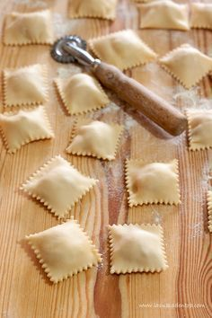 ravioli patate e speck ,vino Vernaccia di San Gimignano, Pasta Per Ravioli, Spinach Ravioli, Pasta Soup, Italian Cookie Recipes, Gourmet Recipes, Tortellini, Pasta Casera, Homemade Ravioli, Italian Pasta