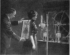 Radioscopia, a foto retrata uma época em que não existia a menor preocupação com os efeitos biológicos causados pela radiação ionizante! ☢