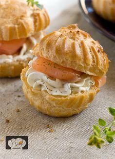 bocaditos de salmón ahumado ngredientes -para 20 unidades- : Para los profiteroles 125 ml de agua 50 g de mantequilla 75 g de harina 2 huevos sal Para el relleno Salmón ahumado 150 g de queso crema Eneldo al gusto