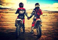 love, motocross, and couple Bild Dirt Bike Couple, Motocross Couple, Motorcycle Couple, Dirt Bike Girl, Bmx, Motocross Maschinen, Pre Weding, Ski Doo, Bike Photography