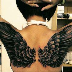 Grande ailes tatouées sur le dos d'une femme https://tattoo.egrafla.fr/2016/02/13/modele-tatouage-aile-dange/